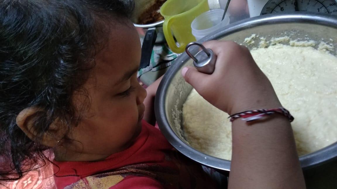 Cara Memasak Gumbili Cake Si Kecil juga ikut membuat kue Gumbili Cake - Pongery.com