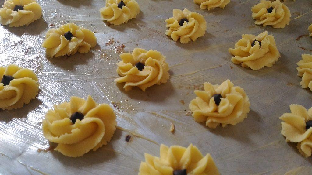 Cara membuat kue semprit dahlia, cetak sesuai selera