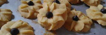 Cara membuat kue semprit dahlia, setelah dingin tempatkan pada toples kedap udara