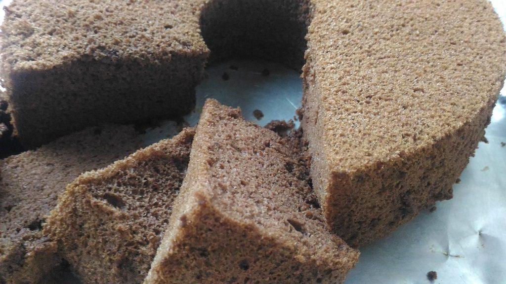 Chiffon Chocolate Cake, keluarkan cake chiffon dari loyang lalu potong-potong sesuai selera