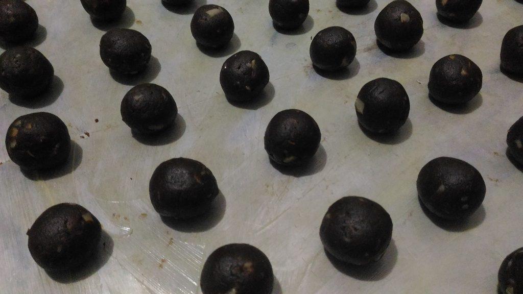 Resep Bola-bola Choco Almond, Ambil sedikit adonan. Bentuk bola-bola. Letakkan di loyang bersemir margarine.
