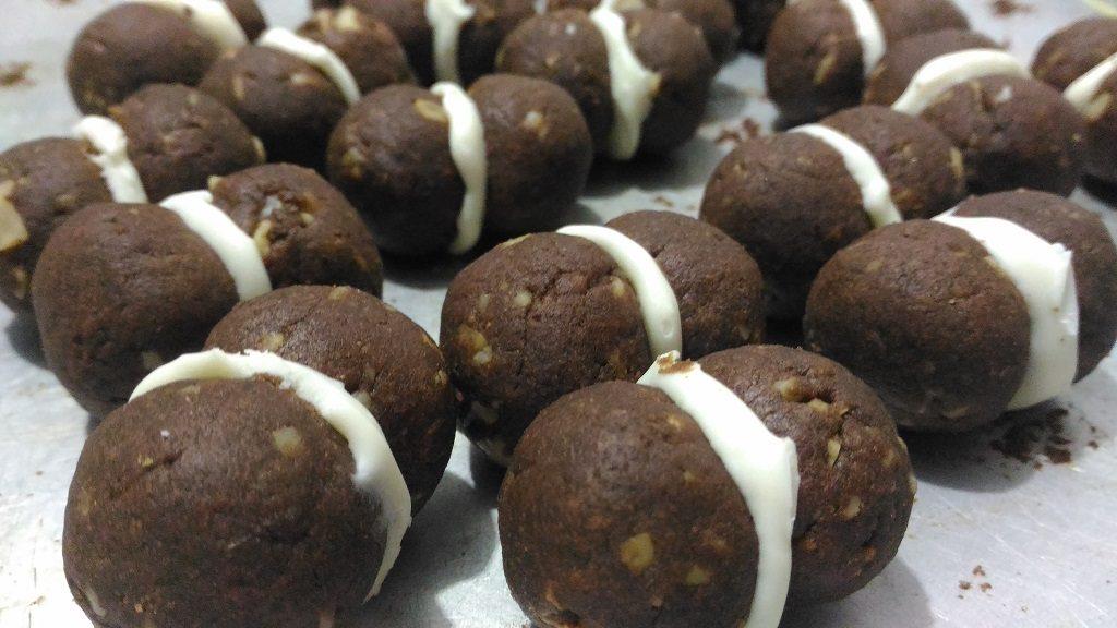 Resep Bola-bola Choco Almond, Panaskan krim kental. Masukkan potongan white cooking chocolate. Aduk sampai larut. Dinginkan. Kocok sampai krimi.Ambil satu buah kue. Semprotkan isi. Tangkupkan.