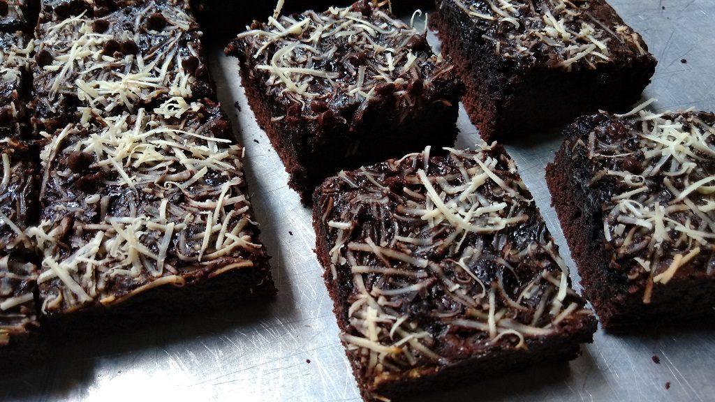 Resep Brownies Shiny Crust, potong-potong brownies ketika kue sudah benar-benar dingin.
